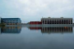 Byggnader längs den storslagna floden Arkivfoto