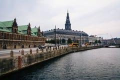 Byggnader längs en kanal i Köpenhamnen, Danmark royaltyfria bilder
