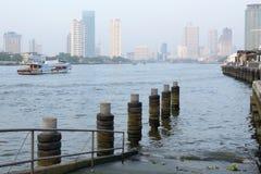 Byggnader längs floden Fotografering för Bildbyråer