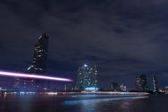 Byggnader längs floden på natten. Arkivfoton