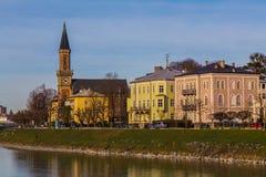 Byggnader längs floden Salzach i Salzburg Royaltyfri Bild