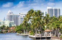 Byggnader längs Fort Lauderdalekanaler, Florida Royaltyfri Bild