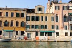 Byggnader längs kanalen Arkivbild