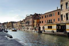 Byggnader längs kanalen Royaltyfria Foton