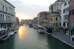 Byggnader längs kanalen Fotografering för Bildbyråer