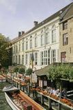 Byggnader längs kanten av kanalen, Bruges, Belguim Royaltyfria Foton