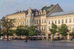Byggnader längs Rynek Glowny i Krakow i morgonen arkivfoton