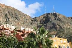 Byggnader med bergbakgrunder royaltyfria bilder
