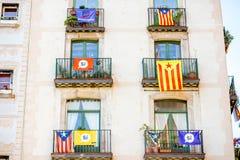 Byggnader med Catalonian flaggor i Barcelona Royaltyfri Bild