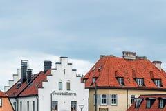 Byggnader med det röda taket i visby Sverige fotografering för bildbyråer