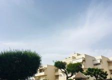 Byggnader med en klar himmel arkivbilder