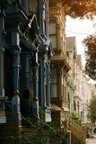 Byggnader med olika garneringar och färger i San Francisco arkivbild