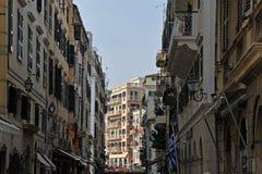 Byggnader med röda baner i Korfu royaltyfri bild