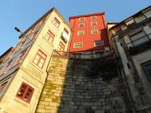 BYGGNADER MED RÖDA WINDOWS, PORTO, PORTUGAL Royaltyfri Foto