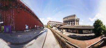 Byggnader med stänger utbildar fot på Volklingen järnverk i Voelkl Royaltyfria Bilder