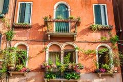 Byggnader med traditionella Venetian fönster i Venedig, Italien Royaltyfria Foton