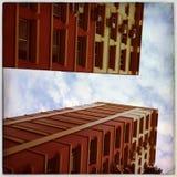 Byggnader mot en himmel Royaltyfri Foto