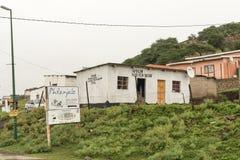 Byggnader mot lutningen av en kulle på Tugela färjer royaltyfria foton