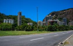 Byggnader och berg för höghus bostads- på grannskapen Lagoa, Rio de Janeiro, royaltyfria bilder