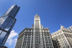 Byggnader och blå himmel i Chicago fotografering för bildbyråer