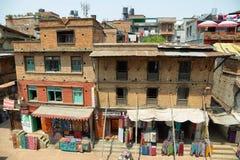 Byggnader och färgrikt shoppar från den Nyatapola pagoden, Bhaktapur, Nepal Arkivfoto