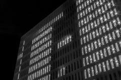 Byggnader och fönster i natten Royaltyfri Foto