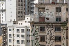 Byggnader och fönster med några grafitti som är fullsatta som en myrstack, i Sao Paulo, Brasilien fotografering för bildbyråer