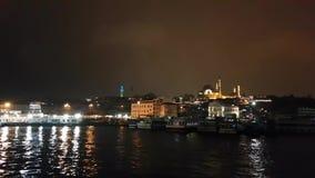Byggnader och flod i Istanbul arkivfilmer