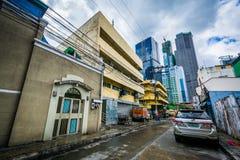 Byggnader och gata i Poblacion, Makati, tunnelbana Manila, phien Royaltyfria Bilder