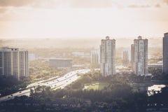 Byggnader och huvudväg Arkivfoton