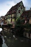Byggnader och kanal i Colmar Arkivfoton
