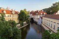 Byggnader och kanal i Prague Arkivbild
