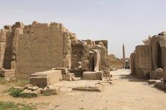 Byggnader och kolonner av forntida egyptiska megalit Forntida fördärvar av egyptiska byggnader Arkivfoton