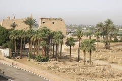 Byggnader och kolonner av forntida egyptiska megalit Forntida fördärvar av egyptiska byggnader Arkivbild
