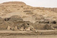 Byggnader och kolonner av forntida egyptiska megalit Forntida fördärvar av egyptiska byggnader Royaltyfria Bilder