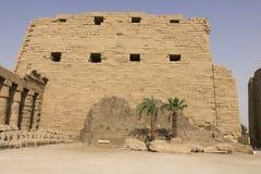 Byggnader och kolonner av forntida egyptiska megalit Forntida fördärvar av egyptiska byggnader Royaltyfri Bild