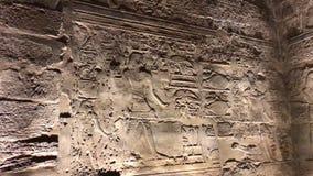 Byggnader och kolonner av forntida egyptiska megalit Forntida fördärvar av egyptiska byggnader Royaltyfri Foto