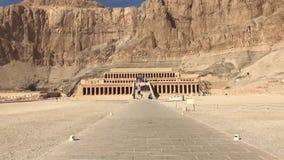 Byggnader och kolonner av forntida egyptiska megalit Forntida fördärvar av egyptiska byggnader Arkivfoto