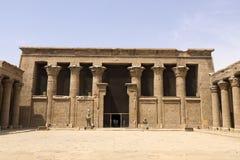 Byggnader och kolonner av forntida egyptiska megalit Forntida fördärvar av egyptiska byggnader Arkivbilder