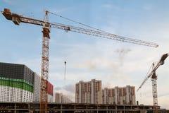 Byggnader och kran för konstruktionsplats Arkivbilder