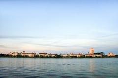 Byggnader och lake Royaltyfri Fotografi