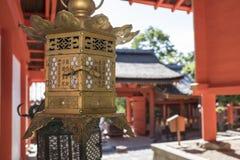 Byggnader och lyktor i forntida tempel, Kasuga Taisha, Nara, Japan royaltyfri fotografi