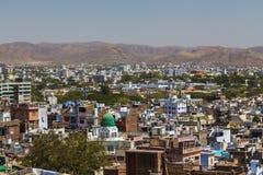Byggnader och Machla kullar i Udaipur arkivbild