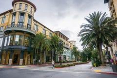 Byggnader och palmträd i shoppingområdet Santana ror, San Jose, Kalifornien Royaltyfri Bild