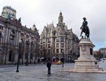 Byggnader och skulptur i Porto Arkivbilder