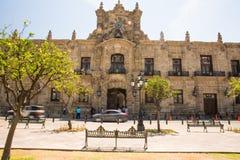 Byggnader och statyer av befrielsefyrkanten arkivbilder