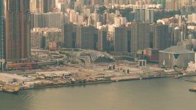 Byggnader och trafik bredvid floden i stadstimelapse stock video