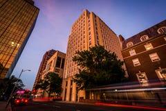 Byggnader och trafik på den kyrkliga gatan på natten, i i stadens centrum nytt Royaltyfria Bilder