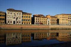 Byggnader på Arno River, Pisa Royaltyfri Foto