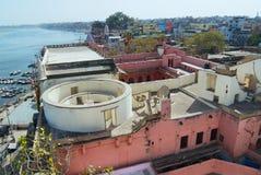 Byggnader på banken av det heliga Gangeset River i Varanasi, Indien fotografering för bildbyråer